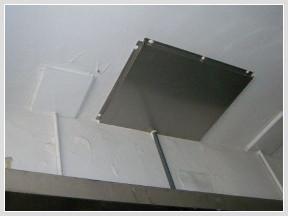 駐車場天井の水受けパンの写真